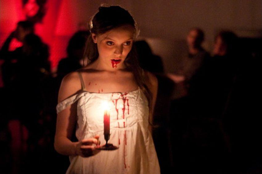 Dunkle Gestalten umgeben Dracula und sorgen für gruselige Momente.