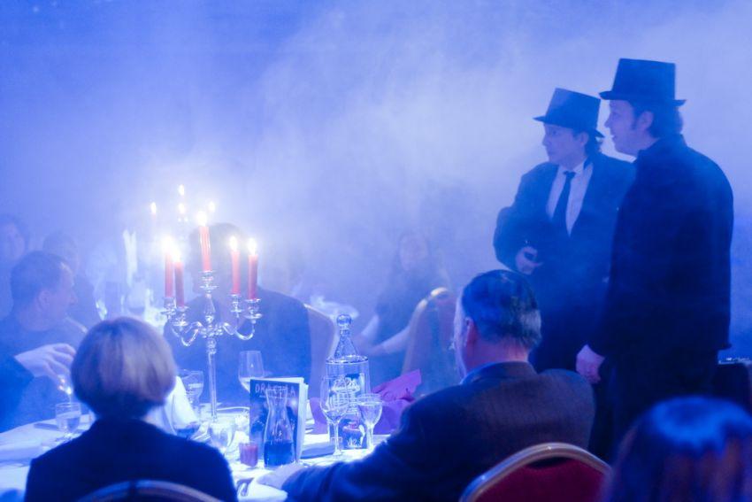 Die Gäste beim Gruseldinner werden auf den großen Graf Dracula eingestimmt.