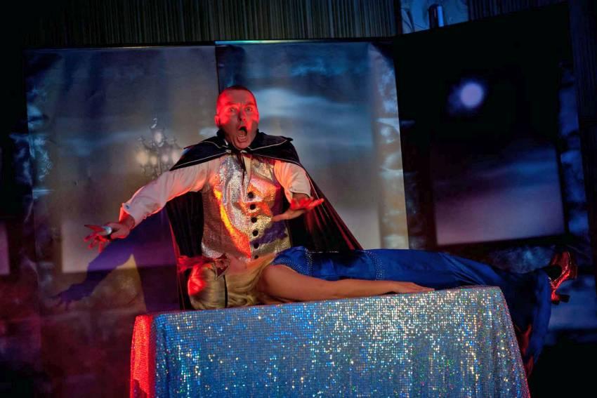 Magier Houdinus (Nebenfigur der Aufführung zu Jack the Ripper) bei seiner Arbeit